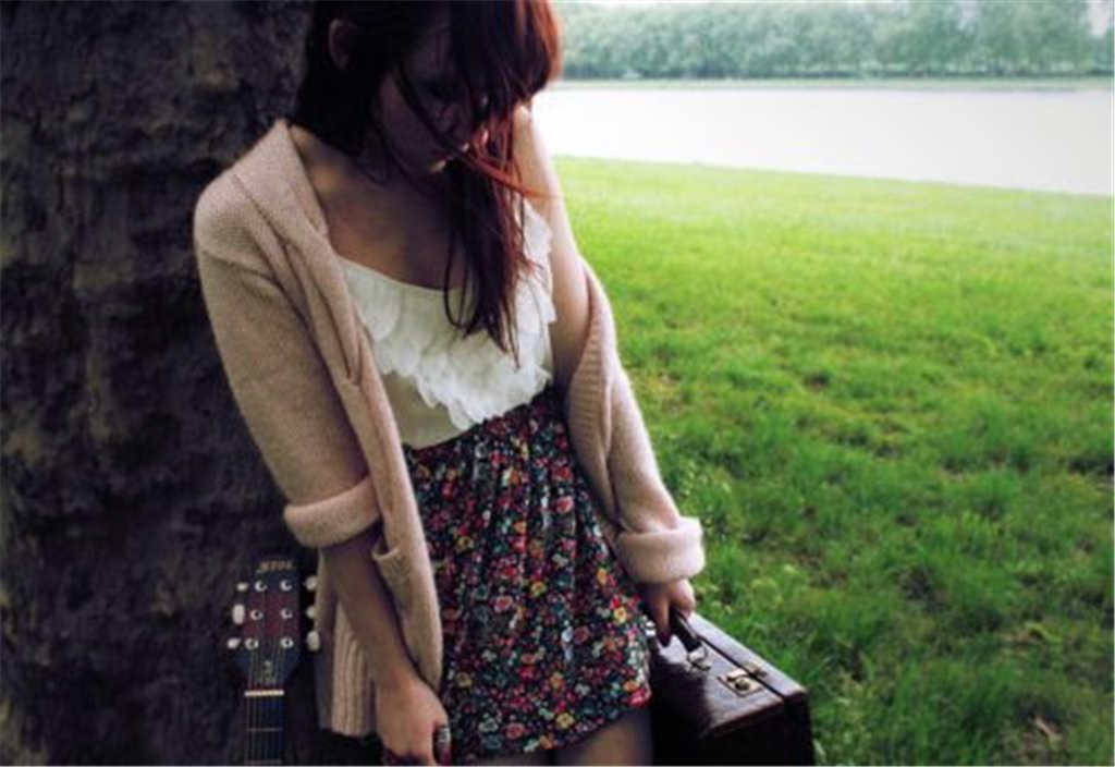拿着旅行包的孤单女孩(点击浏览下一张趣图)