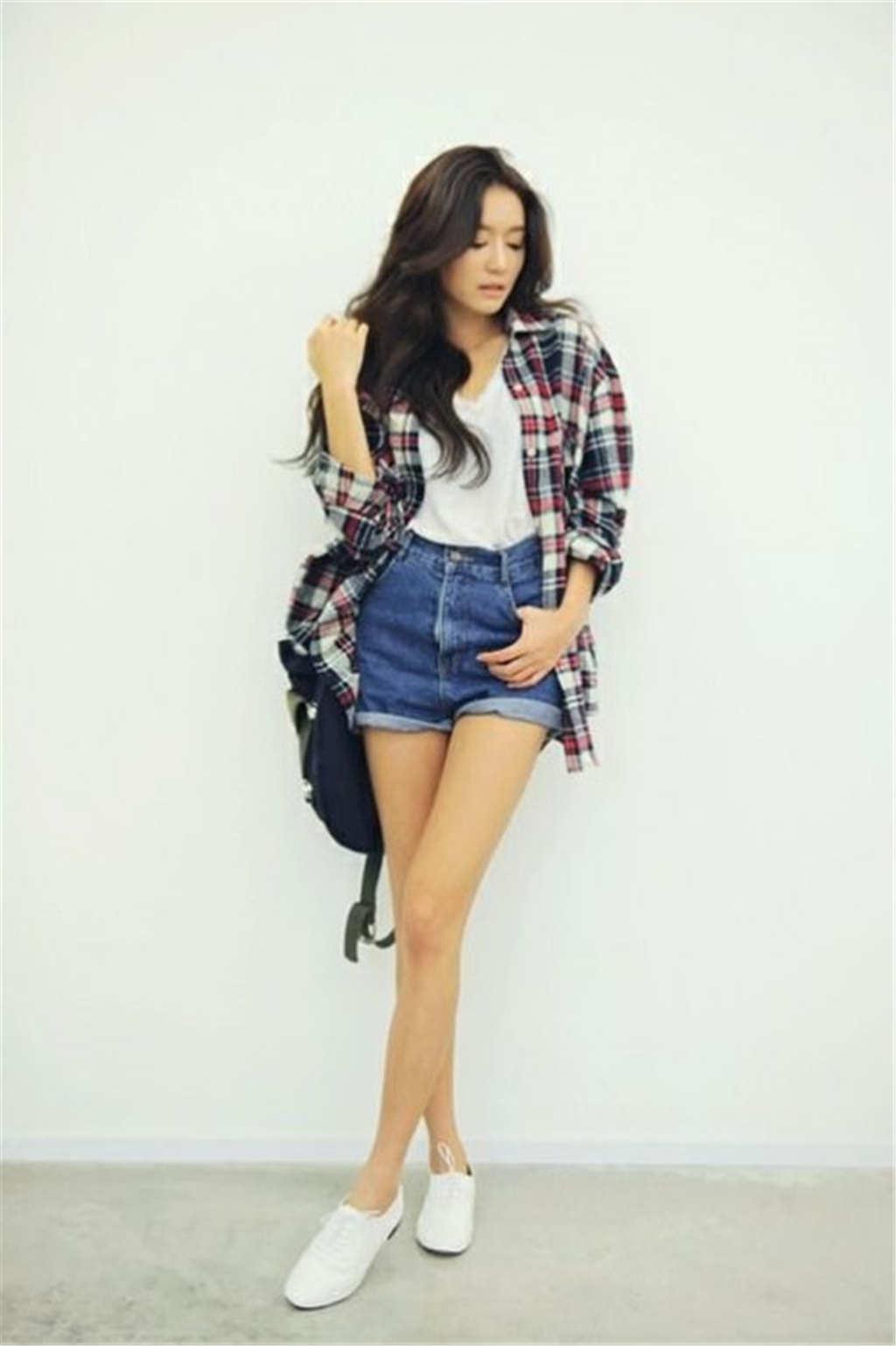 牛仔短裤背包女生时尚图片(点击浏览下一张趣图)