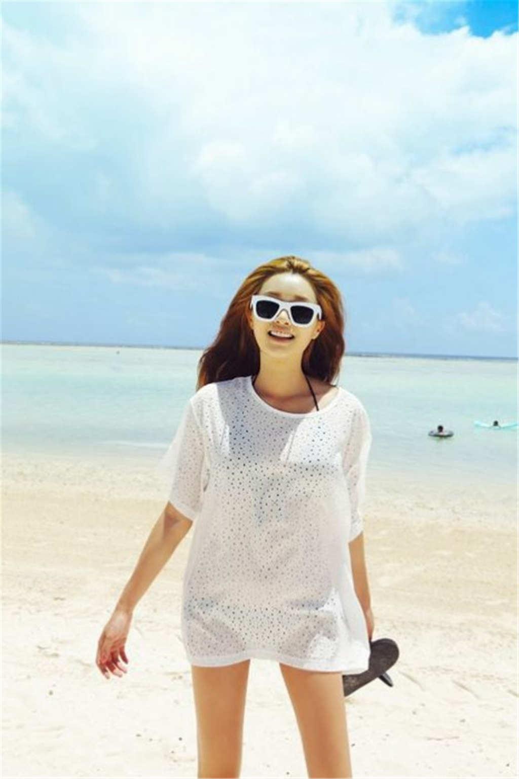 海边美女拿着拖鞋带着墨镜唯美图片(点击浏览下一张趣图)