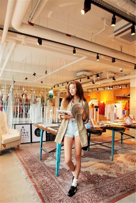 在商场看书的美女时尚照片(点击浏览下一张趣图)