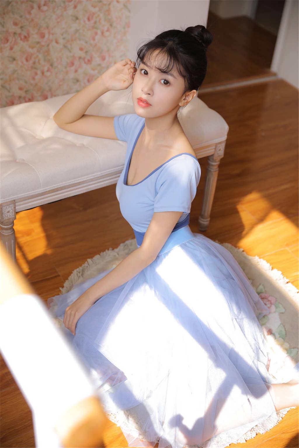 小巧可爱女生舞蹈服写真(点击浏览下一张趣图)