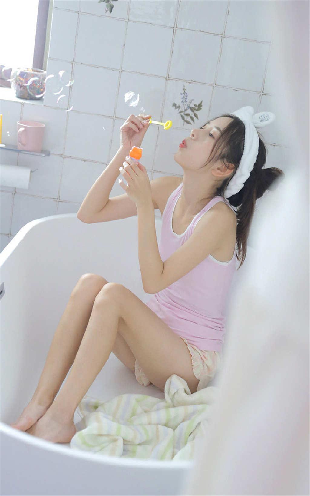 可爱短裤吊带美女浴室玩泡泡写真(点击浏览下一张趣图)
