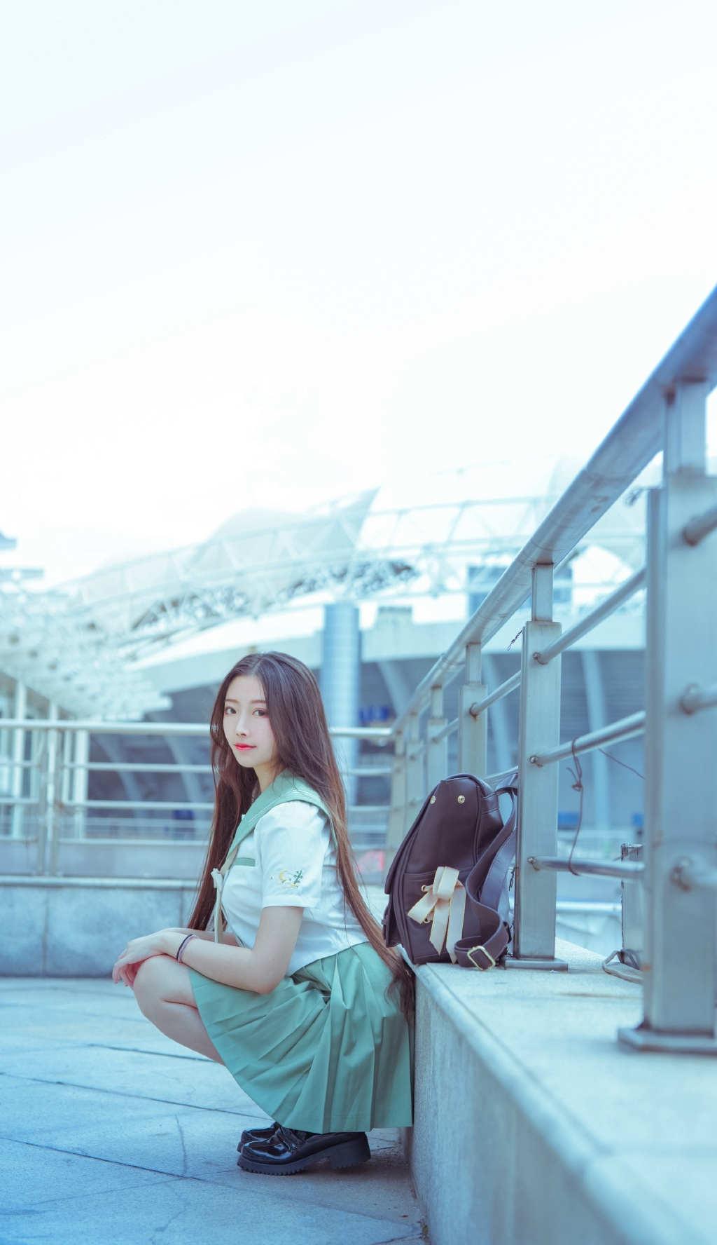 可爱校服女生天桥唯美图片(点击浏览下一张趣图)