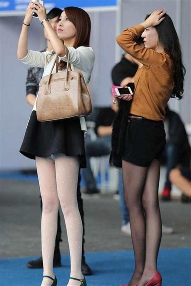 路人街拍: 穿着超短裙的性感美女, 只顾玩手机却不知已经露底(点击浏览下一张趣图)