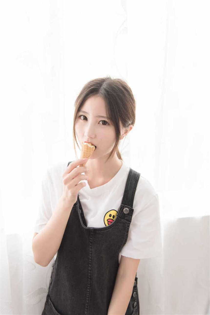 吃冰激凌的大眼萌妹子(点击浏览下一张趣图)