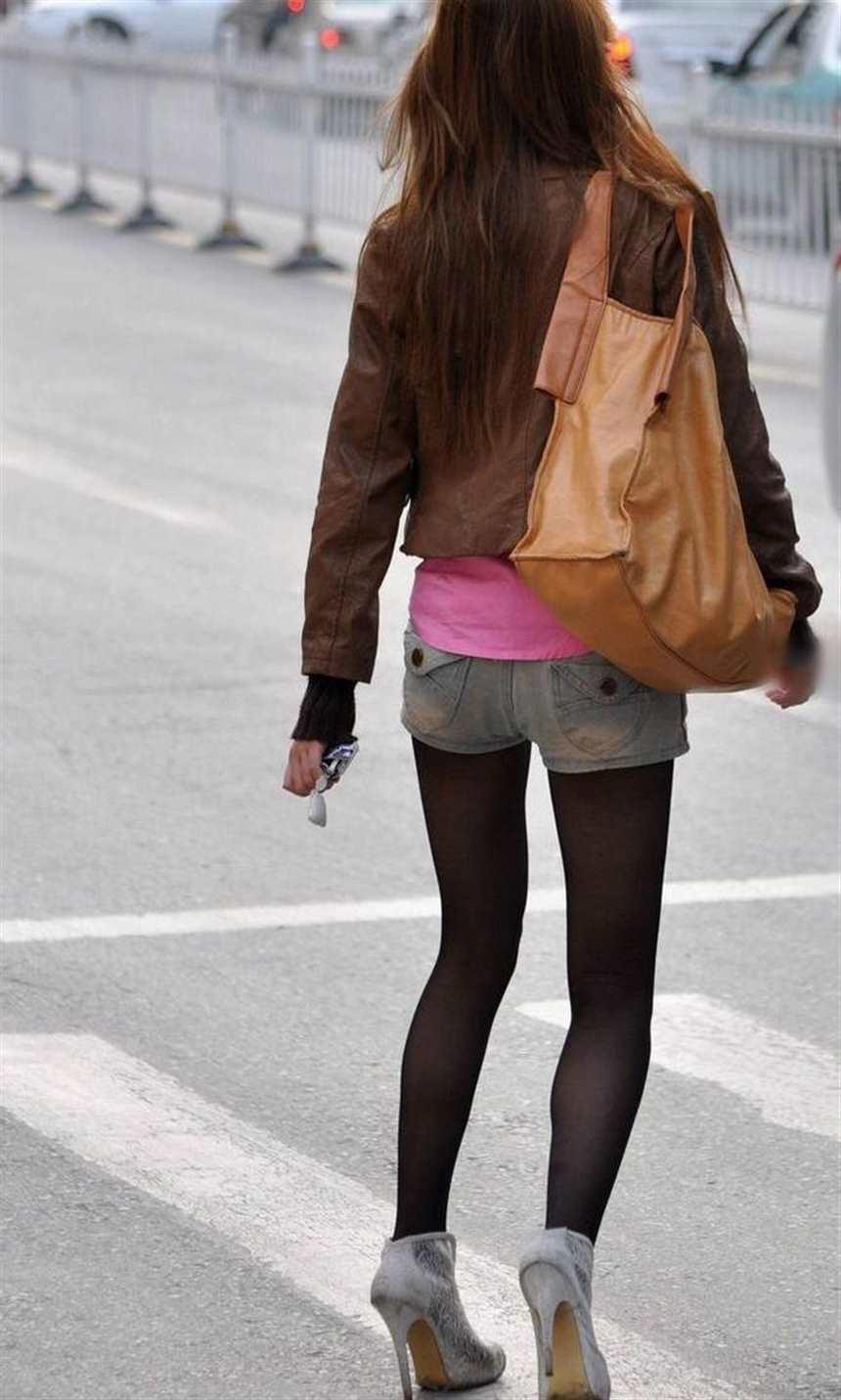 街拍牛仔短裤时尚丝袜美女(点击浏览下一张趣图)