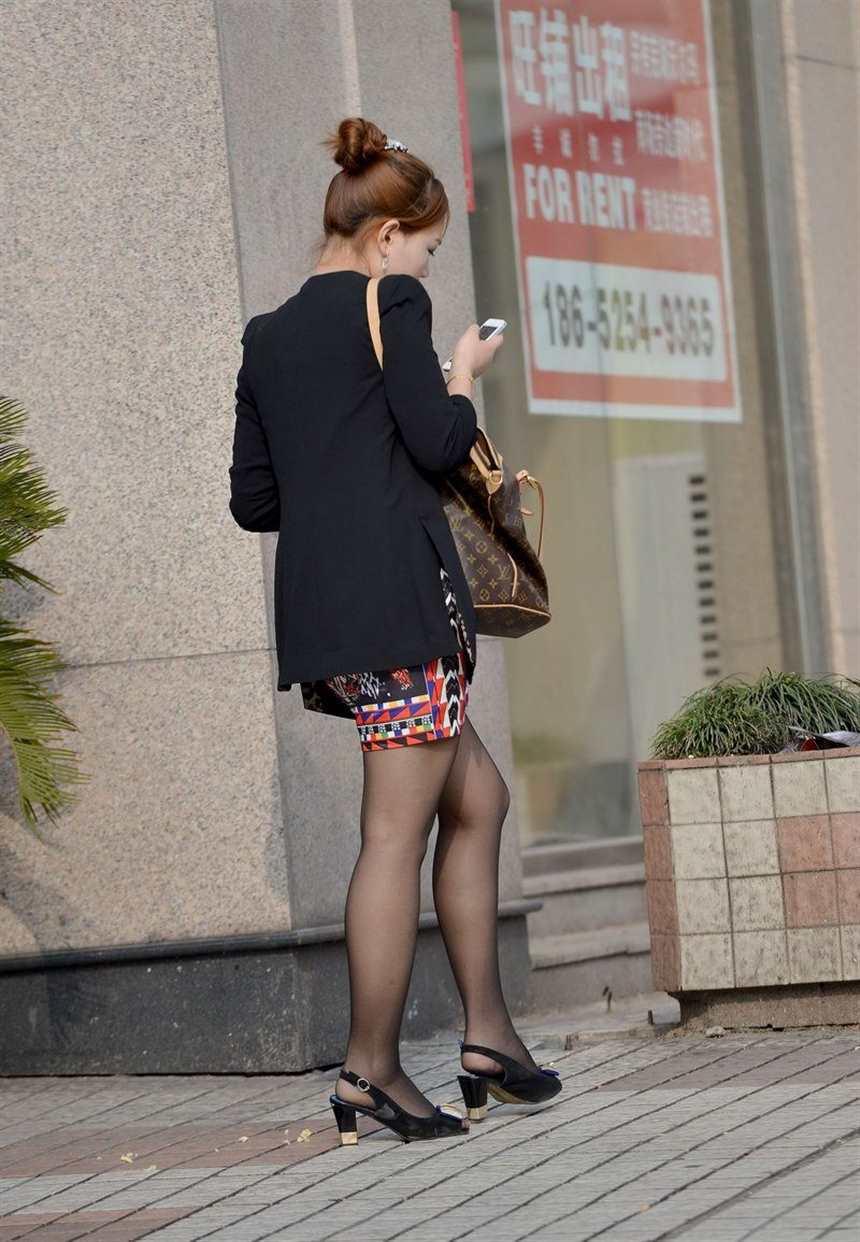 蓝月帝国街拍:广场遇到的黑丝袜美女(点击浏览下一张趣图)