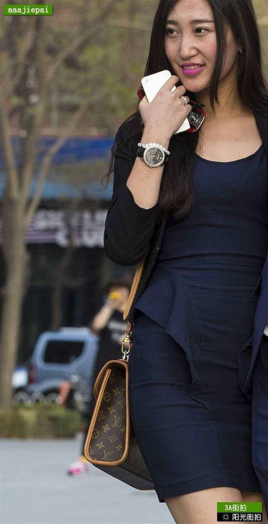 气质蓝色紧身裙无丝袜美女(点击浏览下一张趣图)