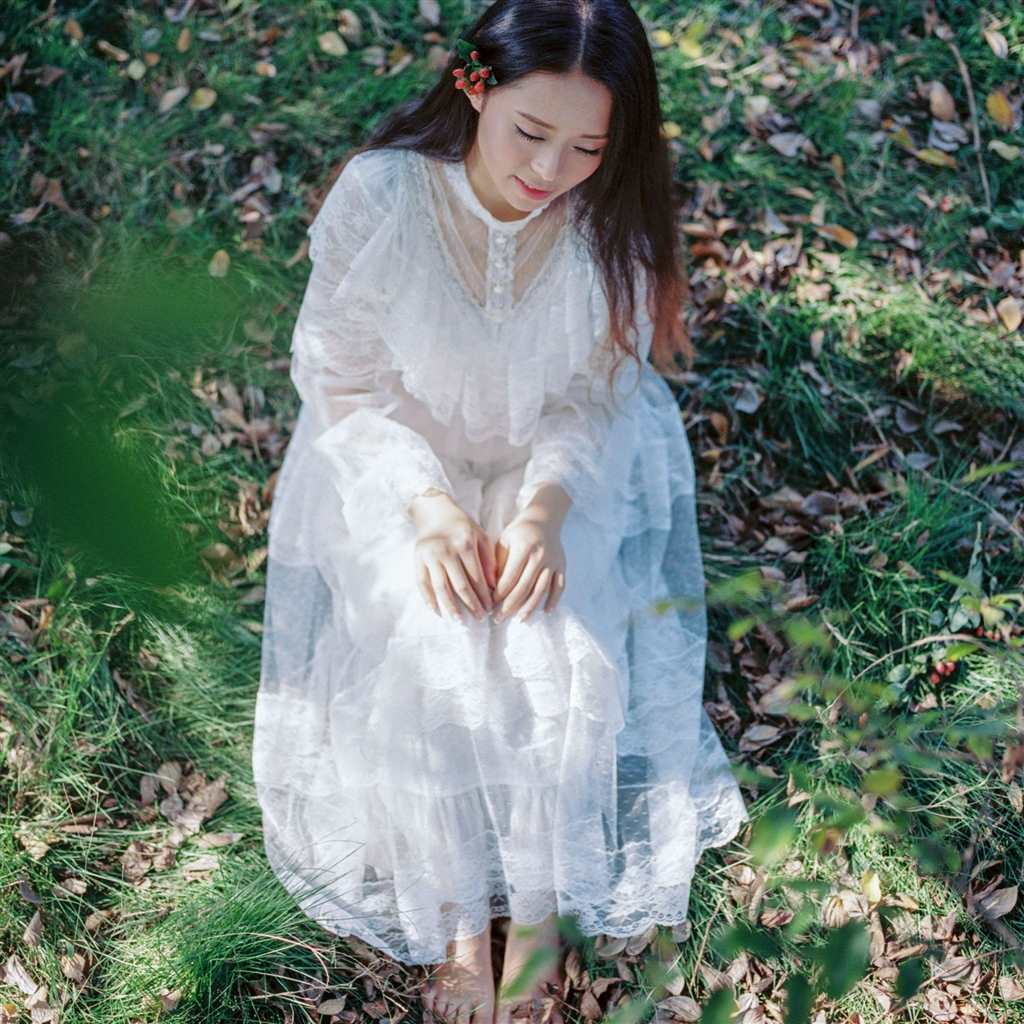 一个穿白色裙子女蹲下的图片(点击浏览下一张趣图)