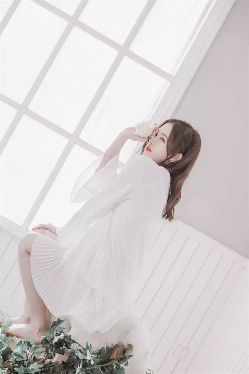 正跪着一个身穿白色裙子的绝美少女.(点击浏览下一张趣图)