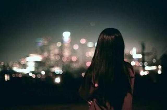 牛仔裤女人夜景背影 美女背影夜景(点击浏览下一张趣图)