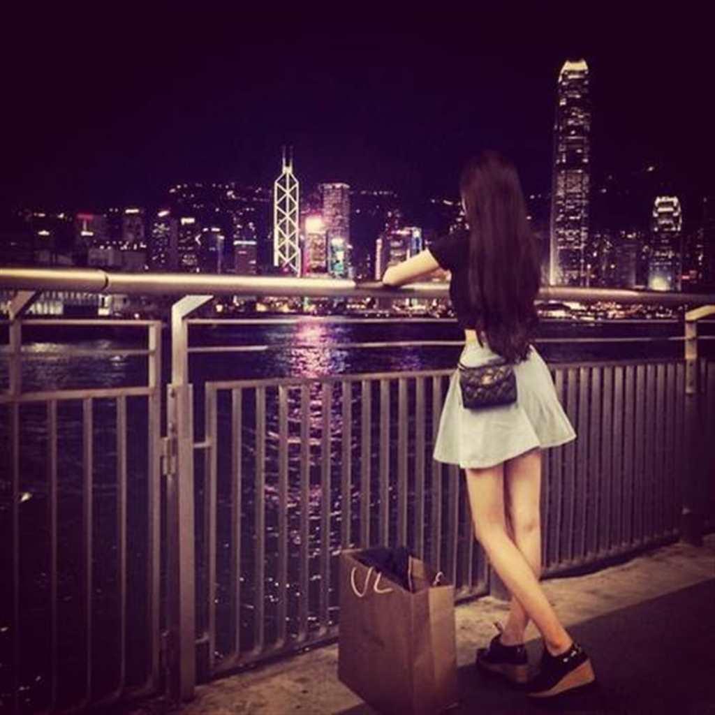女生背影夜景 (点击浏览下一张趣图)