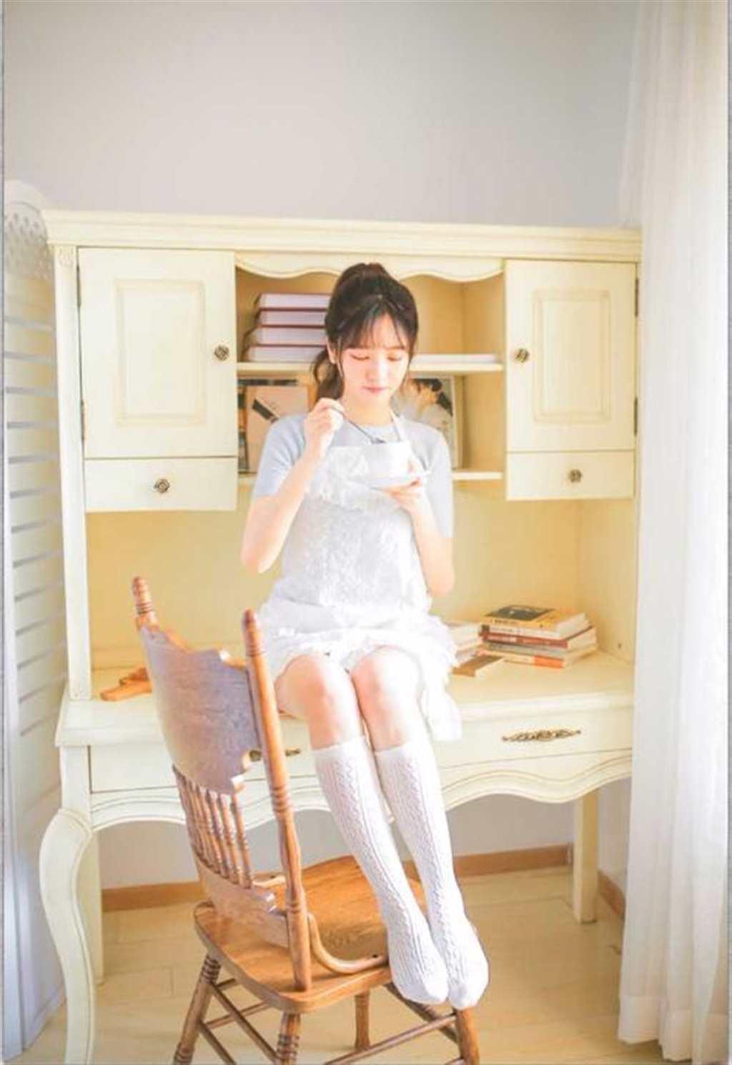 极品美女尤物性感白丝美腿私房诱人写真图片(点击浏览下一张趣图)