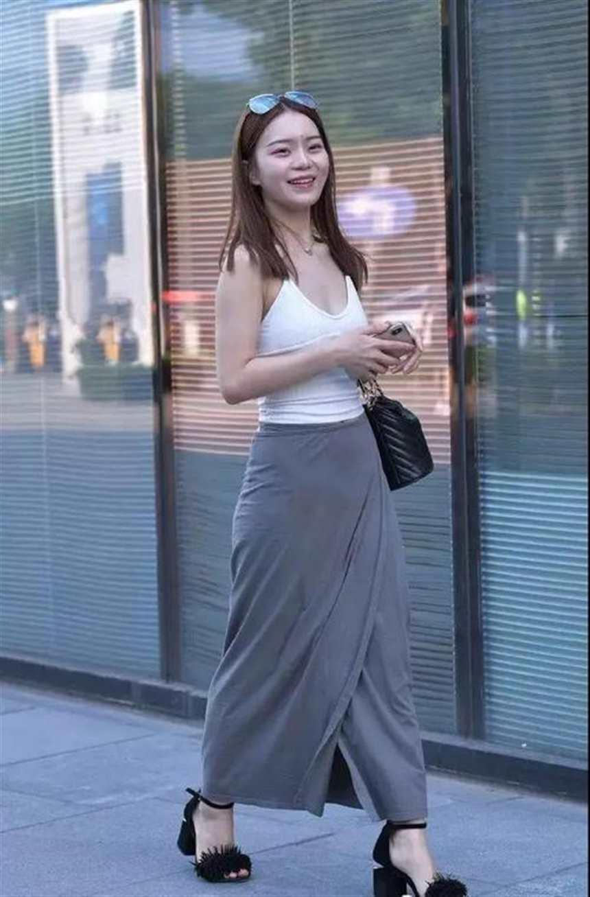 街拍:白色吊带背心搭灰色开叉裙的性感美妇,小酒窝显得好可爱!(点击浏览下一张趣图)
