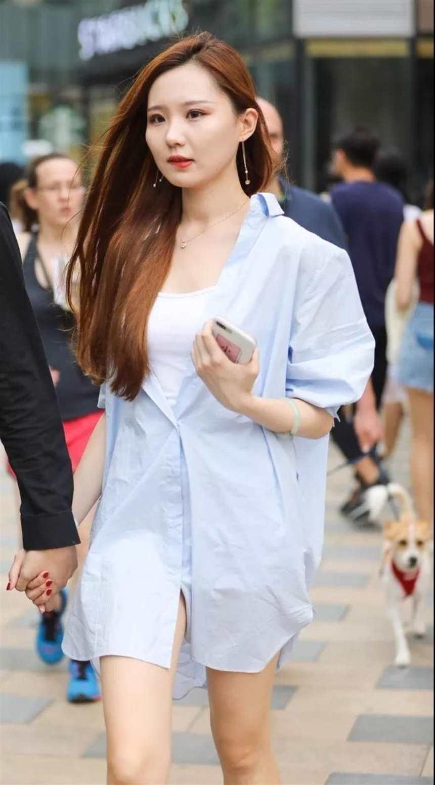 街拍:长发飘逸,穿长款衬衫的性感美女,乖巧温柔的表情很吸引人(点击浏览下一张趣图)