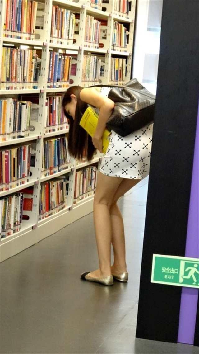 美女在图书馆里找书的正确姿势(点击浏览下一张趣图)
