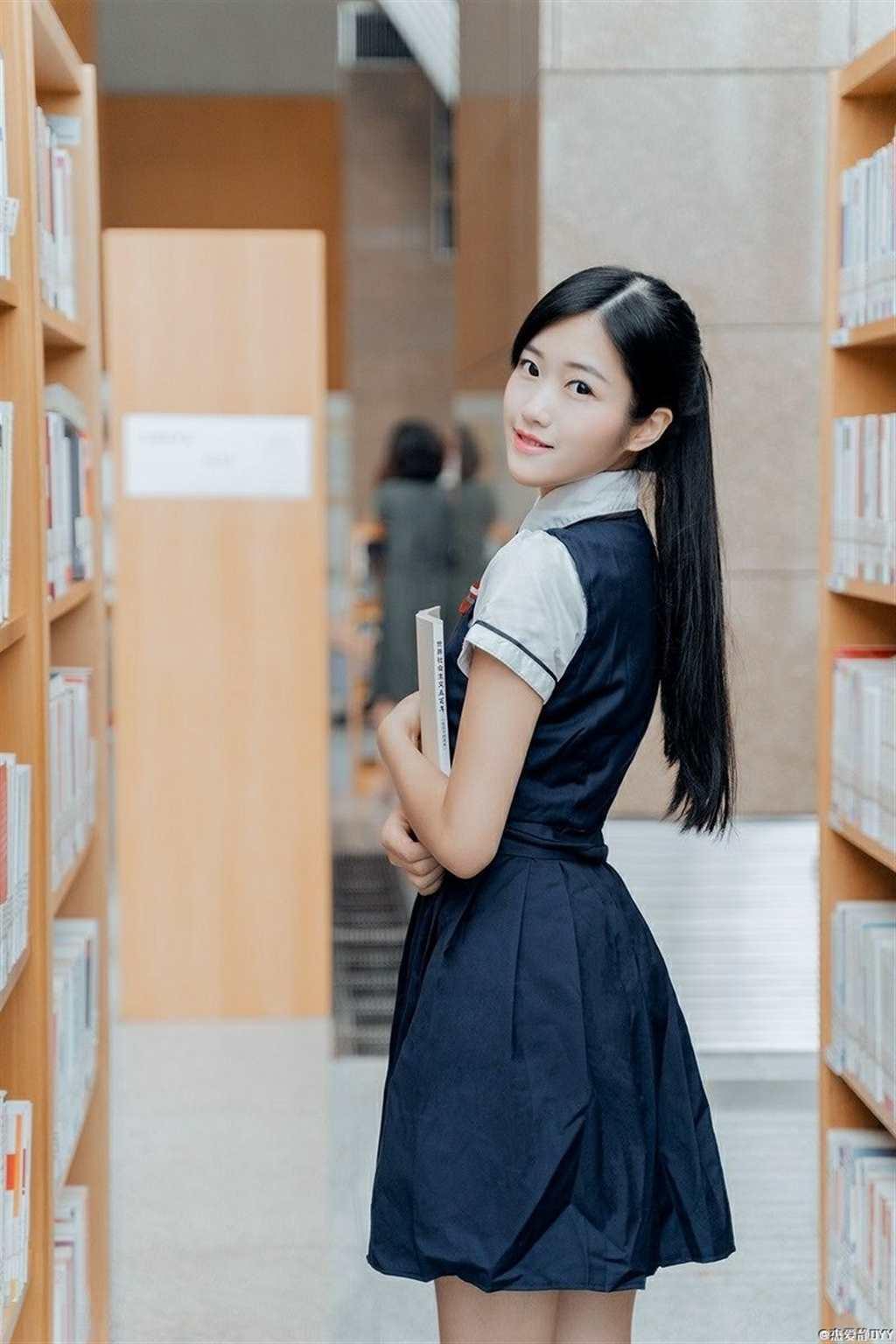 在图书馆拍拍jk~写真(点击浏览下一张趣图)