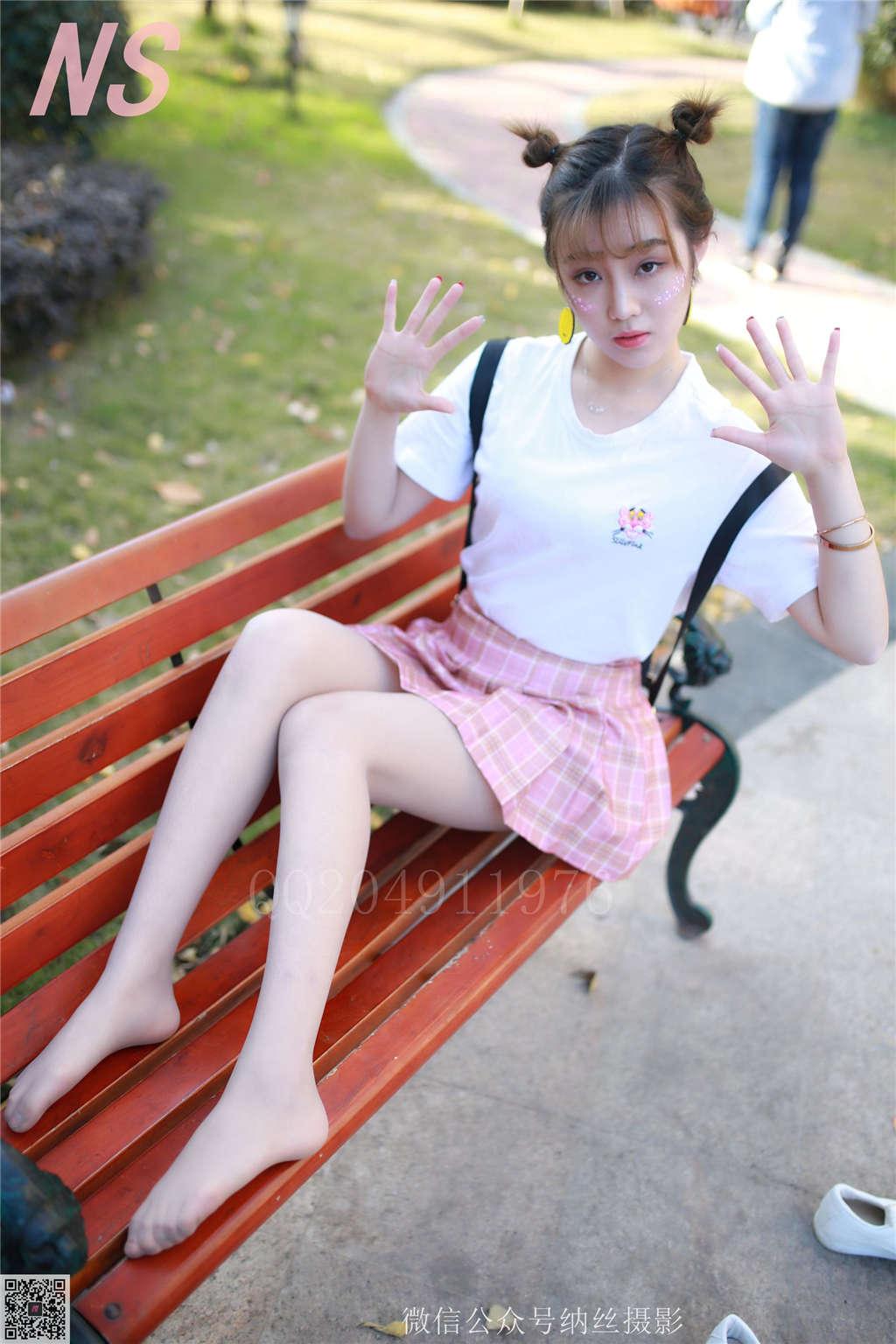 格子裙琴子校园帆布鞋长椅写真(点击浏览下一张趣图)